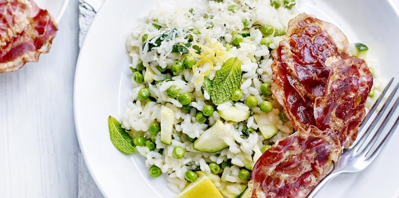 Citroenrisotto met erwtjes, courgette en krokante pancetta >