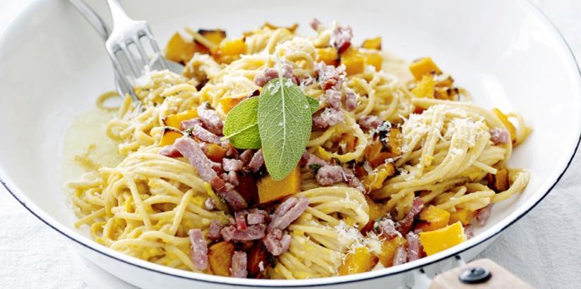 Spaghetti met pompoen, spekjes en salie >