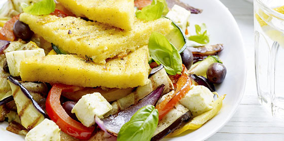 Légumes du Sud, polenta grillée, mozzarella et pesto